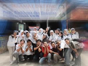 Para Anak BK 2011 lagi berfose Cibi-Cibi di depan stand Pameran