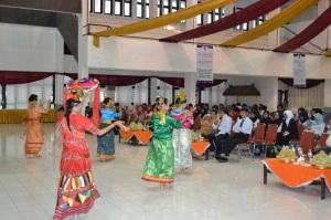 Mahasiswa UNM Makassar menampilkan Tarian 4 Etnis di depan Rektor UNM dan mahasiswa Bidik Misi